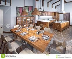 tavoli sala da pranzo sala da pranzo con il grande tavolo da pranzo e soffitti alti nel