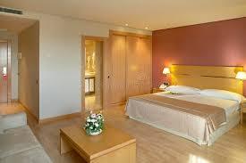 chambre d hotel avec chambre d hôtel avec le lit et la salle de bains image stock image