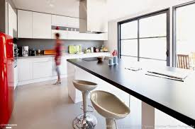 grande cuisine moderne une grande cuisine blanche avec îlot central pour les repas