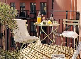 balkon metall kleiner balkon gestalten holzboden metall terrassen geländer my