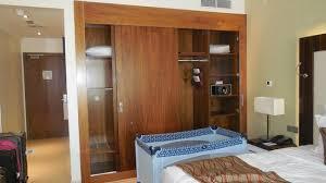 chambre d hotel dubai une partie de la chambre a coucher picture of coral dubai al