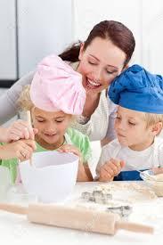 cuisiner avec ses enfants mère avec ses enfants de cuisson dans la cuisine banque d images