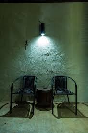 bureau om twee stoelen en één bureau om een steenmuur onder ogen te zien