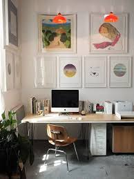 tableau pour bureau un bureau décoré avec des tableaux colorés le coin bureau se