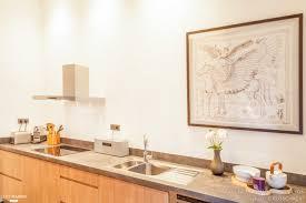 lyc de cuisine une cuisine moderne avec meubles en bois et plan de travail en