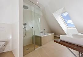badezimmer auf kleinem raum 50 beleuchtete wunderschön badezimmer mit dachfenster home deko