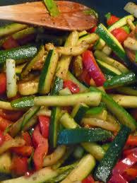 cuisiner l aubergine à la poele gourmandises et merveilles poêlée express courgette et poivron au wok