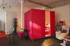 chambre mobile un lit dans un cube mobile en guise de chambre