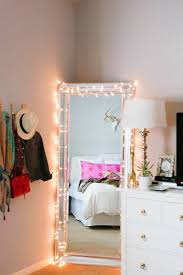 guirlande pour chambre guirlande lumineuse sur un miroir decoracion de salon dans une