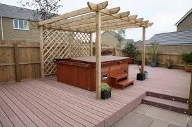 redwood vertigrain deck surrounding a tub with a pergola over