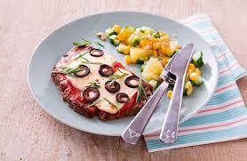 boeuf cuisiné faux filet de bœuf cuisiné comme une pizza salade multicolore