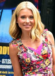 kelly ripa hair style kelly ripa s haircut is the perfect way to go sleek for fall