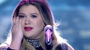 kelly clarkson fights back tears performing u0027piece by piece u0027 on