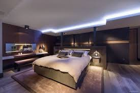 le fã r schlafzimmer modernes schlafzimmer blaue led leuchten dunkles holz