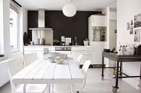mur noir cuisine mur noir une idée déco à prendre pour une cuisine scandinave