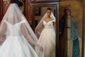 bride wars wedding dress scandal olivia is in a wedding dress in 100th episode promo ew com