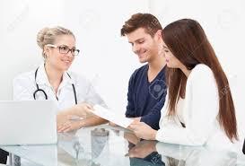 x au bureau femme de médecin donnant papier de prescription pour coupler au