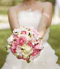 fleurs blanches mariage dans une robe blanche avec un bouquet de mariage de fleurs