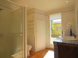 salle de bain provencale spacieuse villa avec piscine privée à quelques minutes de marche