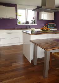 parquet pour cuisine parquet dans cuisine pose de parquet bicolore dans une cuisine