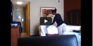 hotel femme de chambre une femme de ménage prise en flagrant délit dans une chambre d