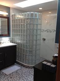 hausdekorationen und modernen möbeln kühles badezimmer block