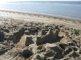 we bouwen een zandkasteel op het strand sea and beach