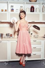 reve de cuisine fille debout dans la cuisine dans les mains tenant une casserole et