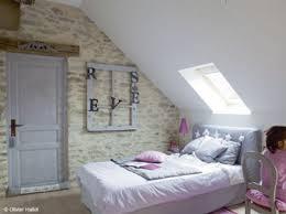 decoration chambre comble avec mur incliné astuces déco pour agrandir une chambre