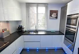 k che uform u form küche schwarzer granit und weißer lack kitchen