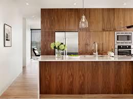 cuisine blanc et noyer la cuisine bois brut adopte un look design moderne