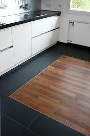 parkett küche kontrastreiche verlegung parkett und fliesen unterstreichen