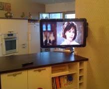 cuisine télé regardez la télé dans sa cuisine support orientable mobile