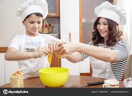 maman cuisine maman et enfant dans les toques blanches prépare une omelette