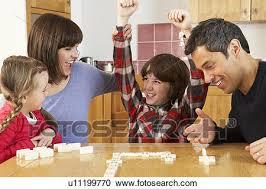 cuisine en famille banques de photographies famille jouant dominos dans cuisine