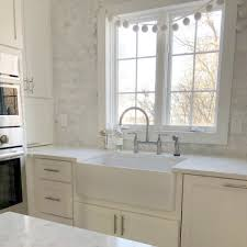 white kitchen cabinets with gray quartz counters how to choose the right white quartz for kitchen countertops