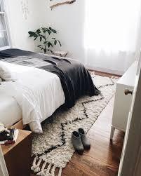 tapis chambre à coucher un tapis berbère en descente de lit pour réchauffer la chambre