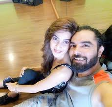 saba qamar and yasir hussain get welcoming on the sets of their