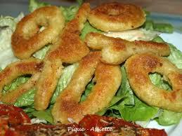 comment cuisiner le calamar beignets de calamars frits sur lit de salade pique assiette