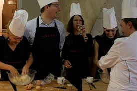 cours de cuisine en groupe cooking the of great chefs pictures getty images