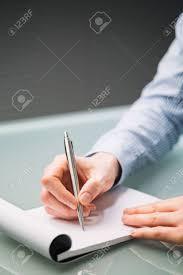 bloc note sur bureau d une femme d affaires écrit des notes sur un bloc notes en