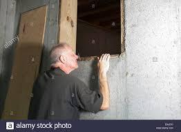 Haus Suchen Mann In Hohlraum Unter Haus Suchen Stockfoto Bild 69238384 Alamy