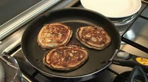 recette pancakes hervé cuisine recette des pancakes aux fruits rouges par hervé cuisine