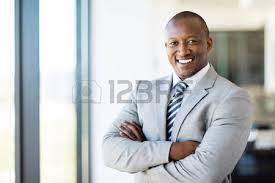 employé de bureau sourire heureux succès africaine homme d affaires américain dans un