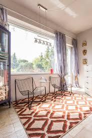tappeto etnico stanza con le sedie minimalistic ed il tappeto etnico immagine