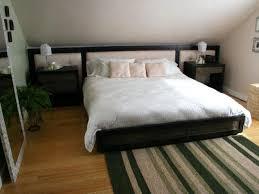 schlafzimmer teppich braun bedroom bedroom flooring ideas himmelbett schwarz hocker