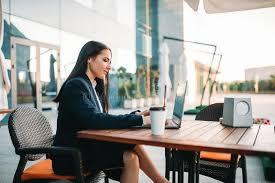 sur le bureau la femme d affaires travaille sur l ordinateur portable dans le