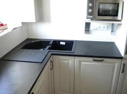 cuisine avec evier d angle evier granit noir peinture murale blanche cassée avec combinaison