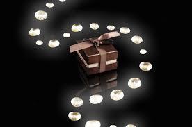 sorprese con candele un percorso di luce nel buio per rendere un regalo ancora più