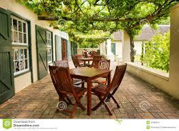 modele de terrasse couverte tableaux sur la terrasse couverte par la vigne photo libre de